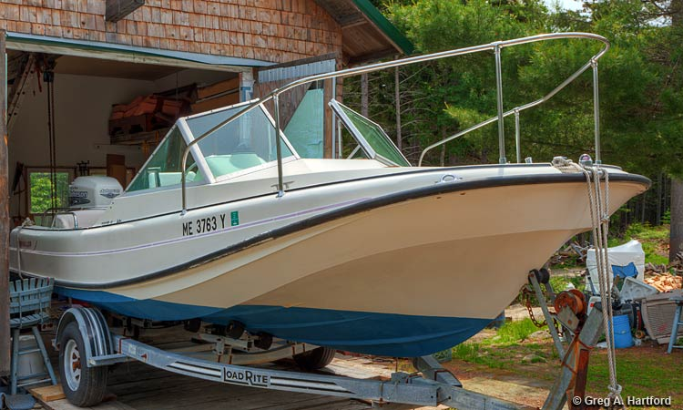 The 21 foot 4 inch Revenge Boston Whaler Motorboat Rental at Mansell Boats Rental Company